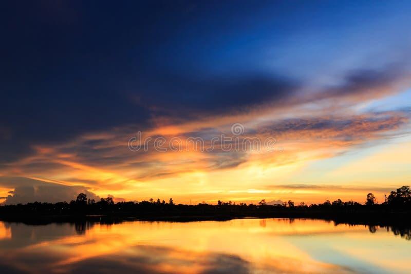 Zonsonderganglandschap met hemel bij het kalme meer stock foto's