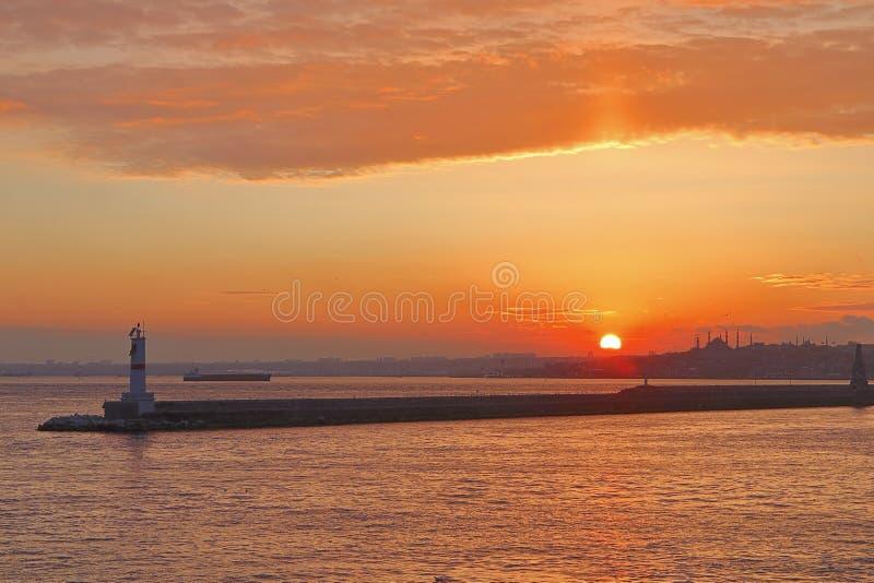 Zonsonderganglandschap over Istanboel van een schip in Bosphorus wordt gezien die stock fotografie
