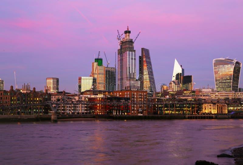 Zonsonderganglandschap van de rivier en de moderne gebouwen het Verenigd Koninkrijk van Theems van Londen royalty-vrije stock foto