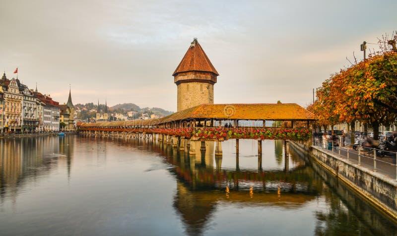 Zonsonderganglandschap van Kapelbrug in Luzern royalty-vrije stock afbeelding