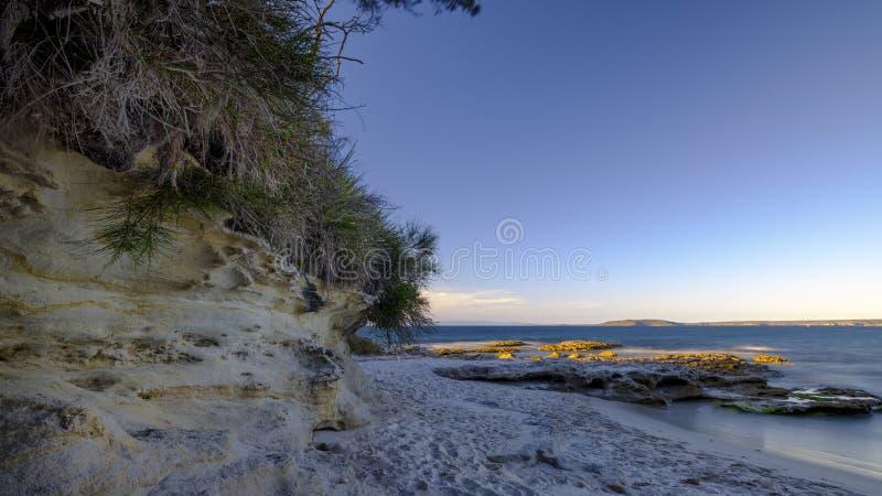 Zonsonderganglicht op Murrays-Strand in Jervis Bay National Park, NSW, Australië stock foto's