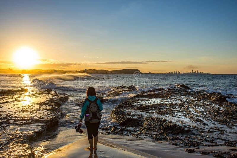 Zonsondergangmeisje, Currumbin-Rotsen, Queensland, Australië stock foto's