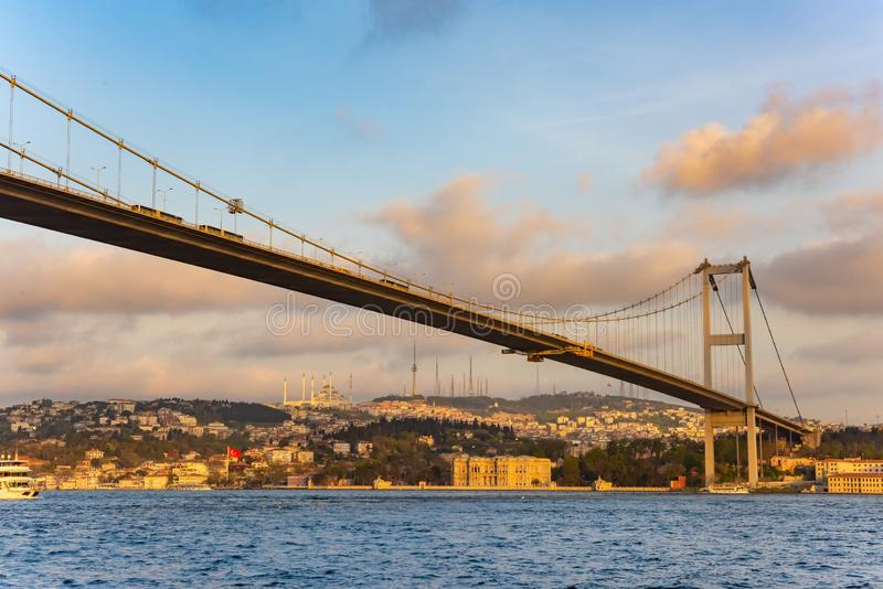 Zonsondergangmening aan Bosphorus Sultan Mehmet Bridge in Istanboel, Turkije royalty-vrije stock foto's