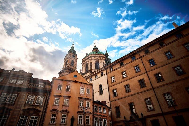 Zonsondergangmening bij Vierkant van de Ridders van het Kruis met zware wolken, Praag, Tsjechische republiek royalty-vrije stock afbeeldingen