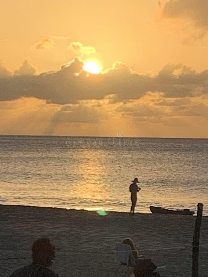 Zonsondergangmening het silhouet stock foto's