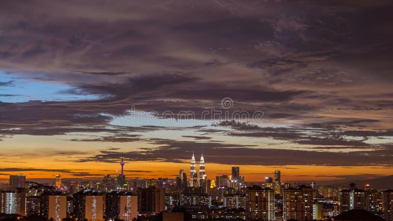 Zonsondergangmening in Kuala Lumpur van de binnenstad stock fotografie
