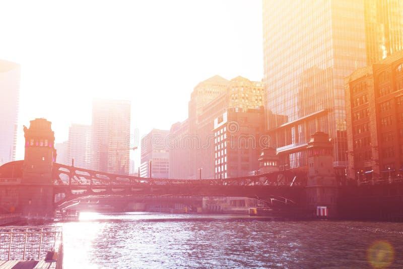 Zonsondergangmening over de rivier van Chicago en de stad in stock foto's