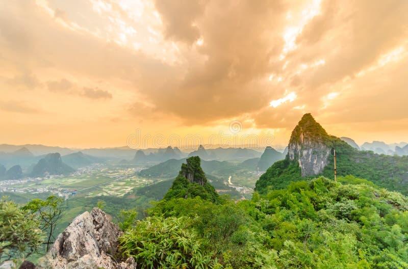 Zonsondergangmening over karst landschap van Maanheuvel in Yangshuo royalty-vrije stock afbeelding