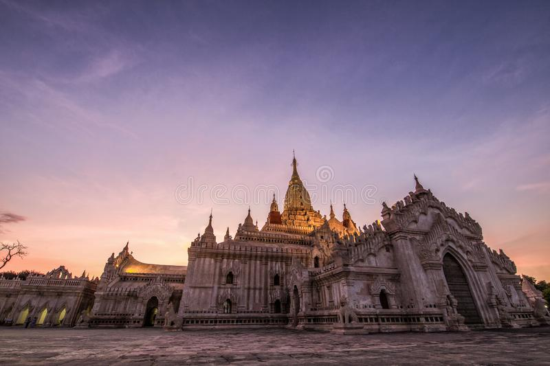 Zonsondergangmening van Ananda Temple in Bagan Myanmar royalty-vrije stock foto
