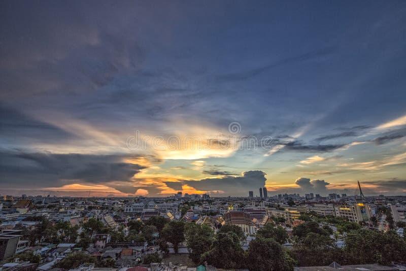 Zonsondergangmening van Bangkok in Wat Saket in Thailand stock foto