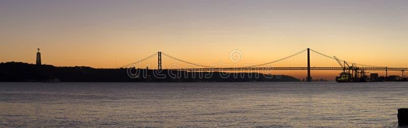 Zonsondergangmening van 25 DE Abril Bridge in Lissabon, Portugal royalty-vrije stock afbeelding
