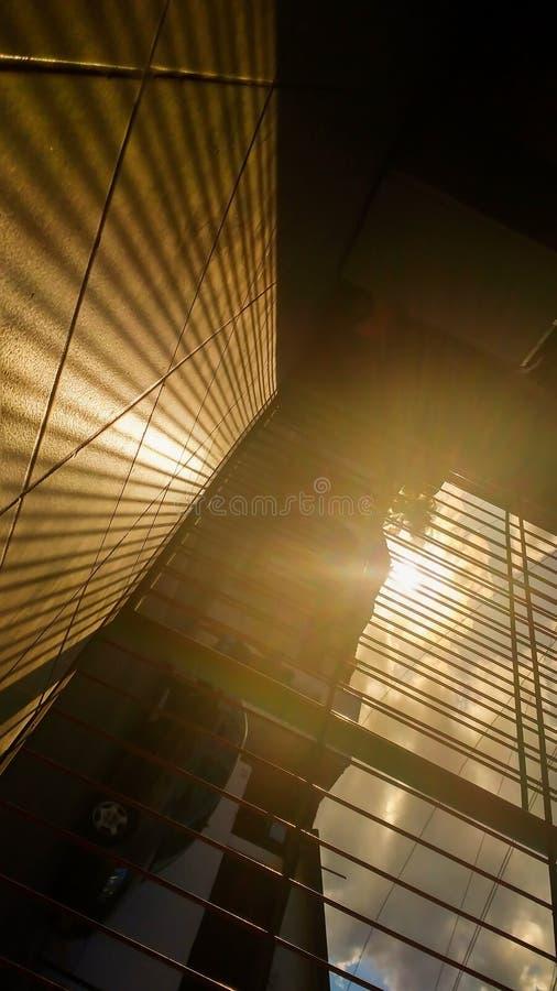 Zonsondergangmening van de grill die de straat onder ogen zien royalty-vrije stock afbeelding