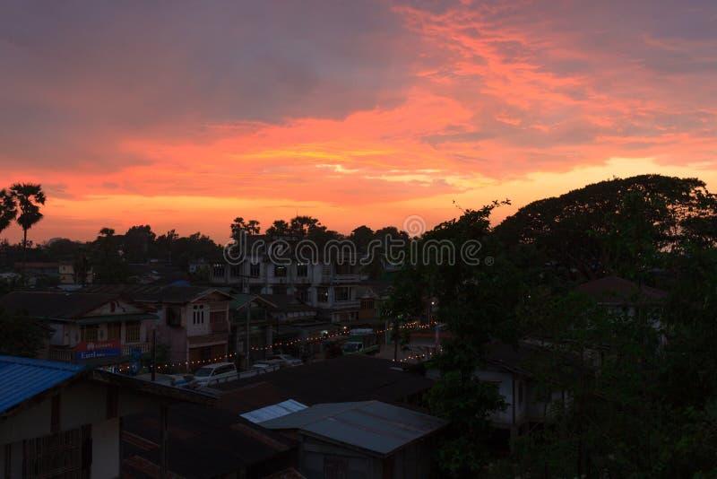 Zonsondergangmening van de stad van hpa-, Myanmar royalty-vrije stock foto
