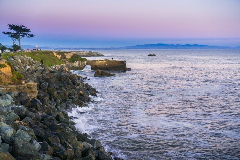 Zonsondergangmening van de Vreedzame Oceaan ruwe kustlijn, Santa Cruz, Californië stock foto's