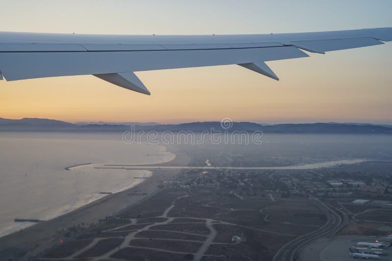 Zonsondergangmening van hemel van een vensterzetel in een vliegtuig royalty-vrije stock foto