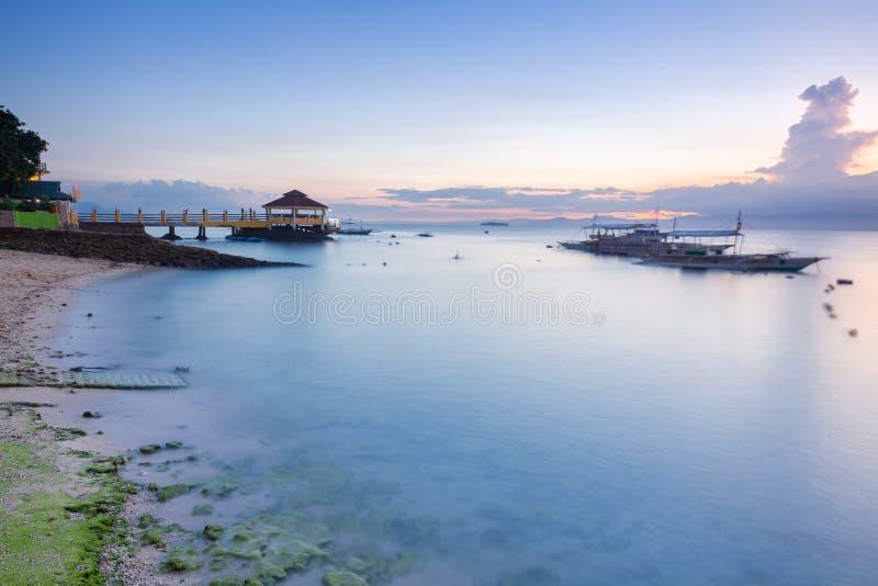 Zonsondergangmening van het Moalboal-strand, Cebu, Filippijnen royalty-vrije stock afbeelding