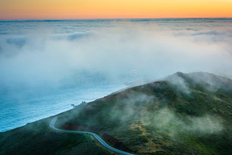 Zonsondergangmening van mist over San Francisco Bay en heuvels royalty-vrije stock foto