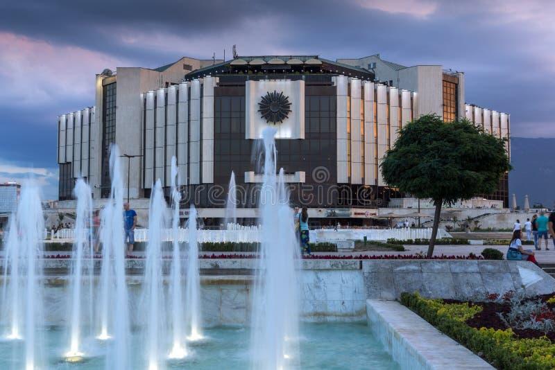 Zonsondergangmening van Nationaal Paleis van Cultuur in stad van Sofia, Bulgarije royalty-vrije stock foto