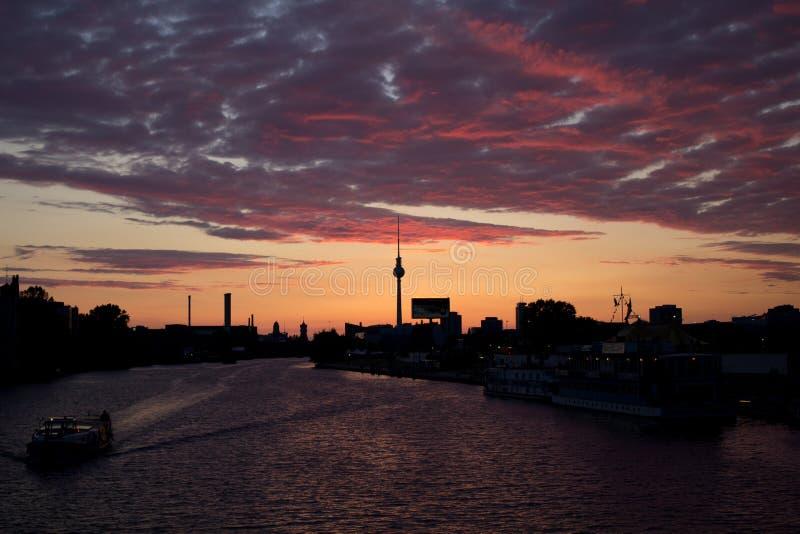 Zonsondergangmening van Oberbaum-brug stock foto