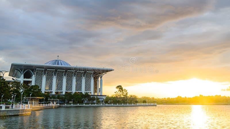 Zonsondergangmening van Staalmoskee in Putrajaya, Maleisië stock afbeelding