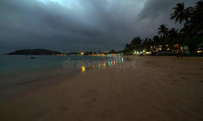 Zonsondergangmening van tropische restaurants Oceaanmirissa, Sri Lanka royalty-vrije stock foto's