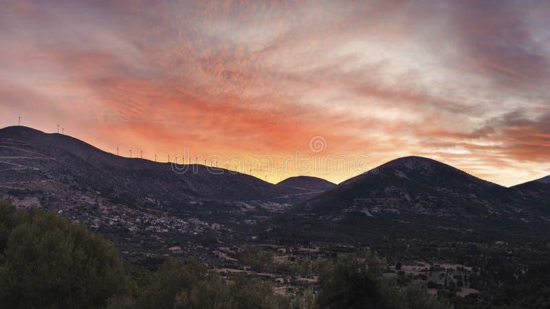 Zonsondergangmening van windmolens op de berg op Kefalonia-eiland in Griekenland stock afbeeldingen