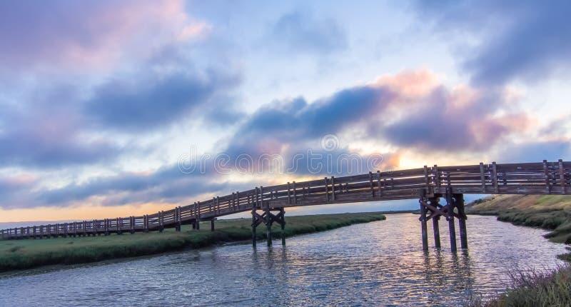 Zonsondergangmeningen die van voetgangersbrug zoute verdampingsvijver in Don Edwards San Francisco Bay National-het Wildtoevlucht royalty-vrije stock fotografie