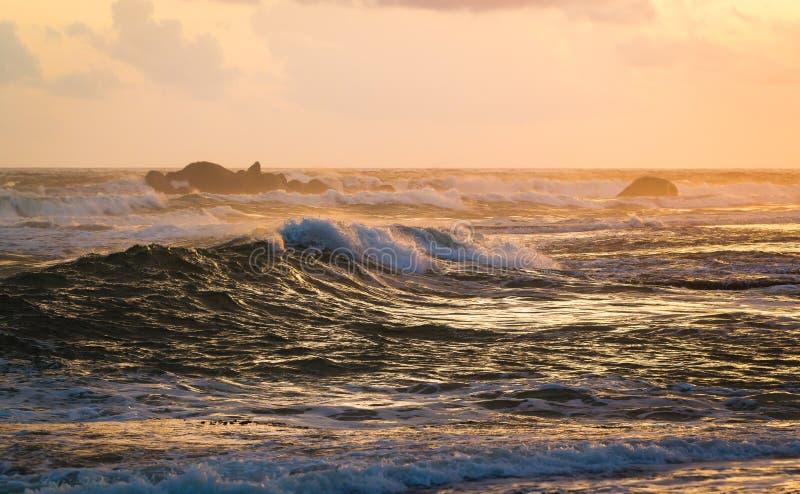 Zonsondergangmeningen in Galle langs de kustlijn stock fotografie