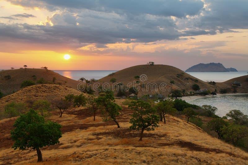 Zonsondergangpanorama op tropisch Seraya-Eiland stock afbeeldingen