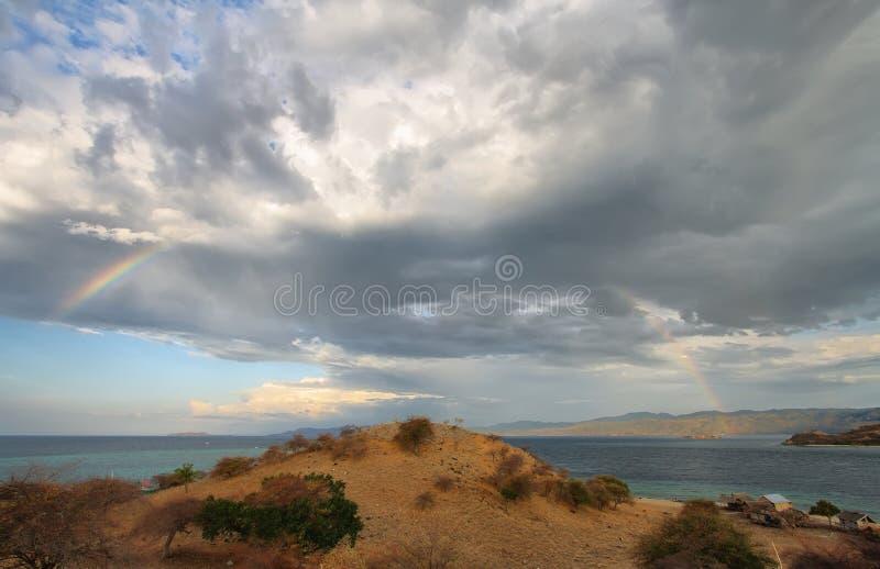 Zonsondergangpanorama op tropisch Seraya-Eiland stock afbeelding
