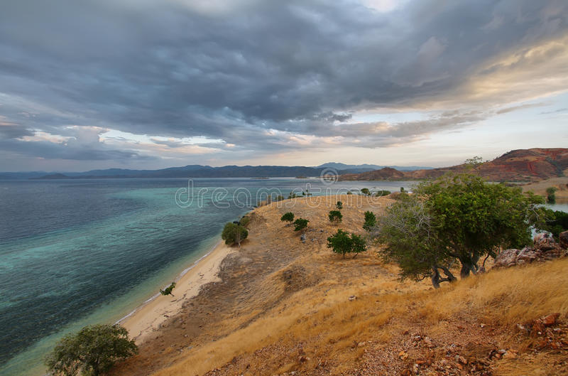 Zonsondergangpanorama op tropisch Seraya-Eiland stock fotografie
