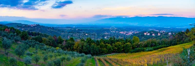 Zonsondergangpanorama over Cavriglia en Valdarno royalty-vrije stock afbeeldingen