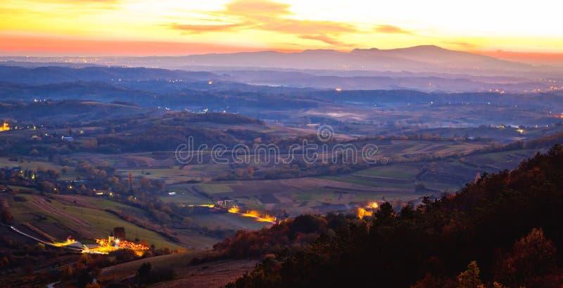 Zonsondergangpanorama van Kalnik-berg aan Medvednica stock afbeeldingen