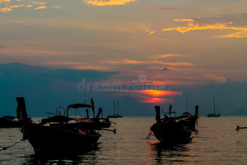 Zonsondergangsilhouet van boten in de overzeese baai van Railey in Thailand royalty-vrije stock afbeelding