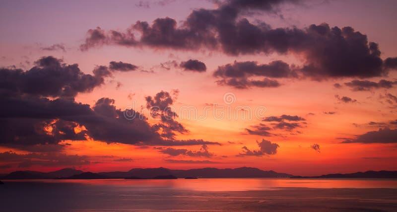 Zonsondergangsinaasappel en rood stock afbeelding