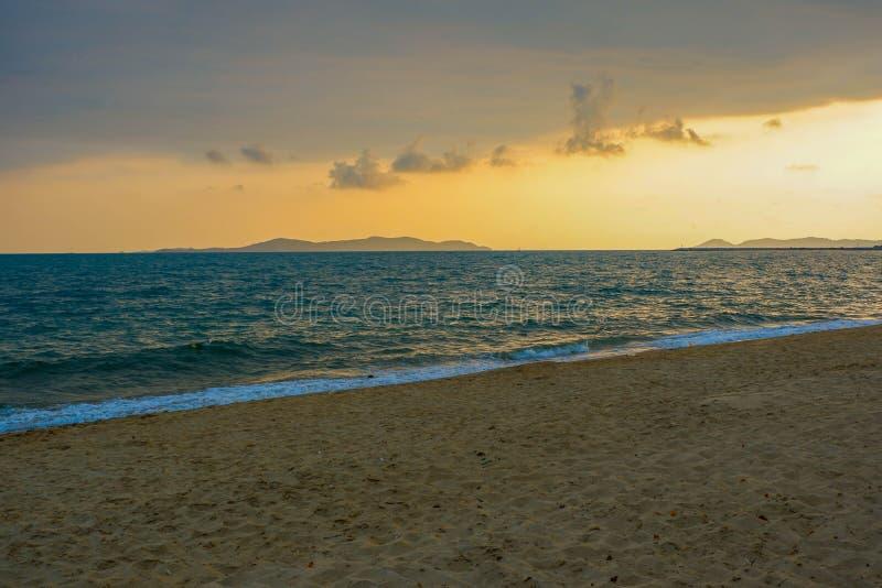Zonsondergangstrand Thai stock afbeelding