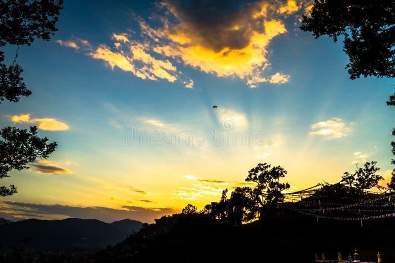 Zonsondergangtijd, Blauwe Hemel en Wolken royalty-vrije stock afbeeldingen