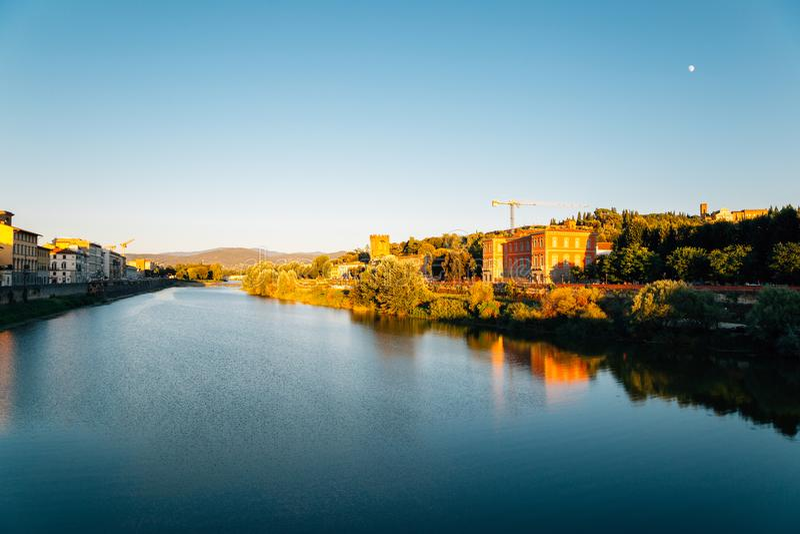 Zonsondergangtijd, de Europese bouw en Arno-rivier in Florence, Italië royalty-vrije stock foto's