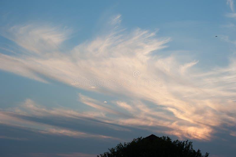 Zonsondergangwolken bij Sidhpur-dorp in Dharamsala India stock fotografie