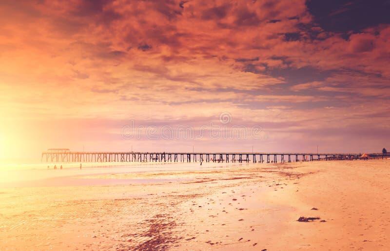Zonsondergangzeegezicht met pijler royalty-vrije stock afbeelding