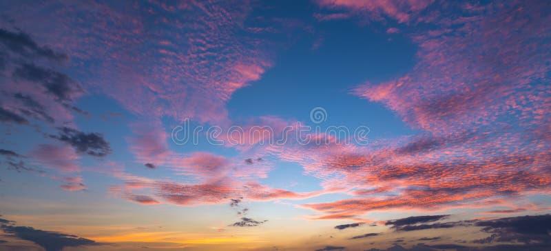 Zonsondergangzonsopgang met wolken, lichte stralen en ander atmosferisch effect, selectief Wit saldo stock afbeelding