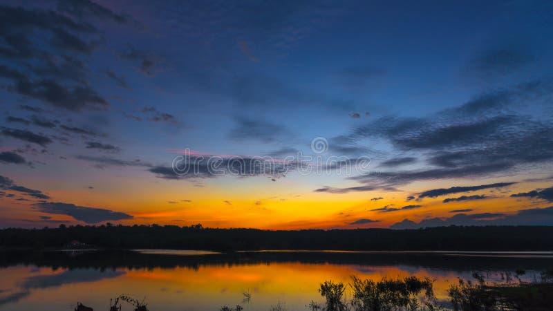 Zonsondergangzonsopgang met wolken, lichte stralen en ander atmosferisch effect, selectief Wit saldo stock foto