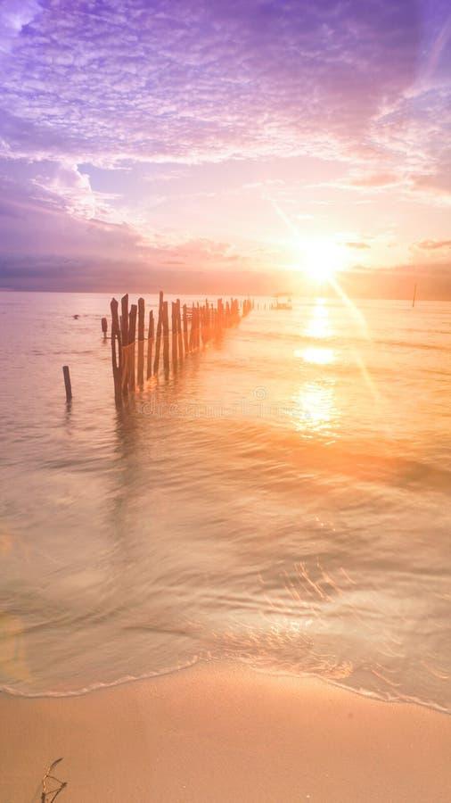 Zonsopgang bij amal strand, Borneo, Indonesië royalty-vrije stock afbeelding