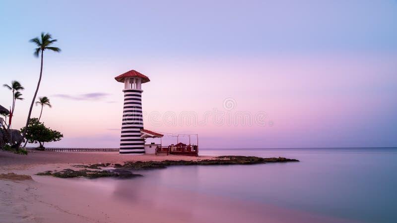 Zonsopgang bij Bayahibe-strand met vlot water, La Romana, Dominicaanse republiek royalty-vrije stock fotografie