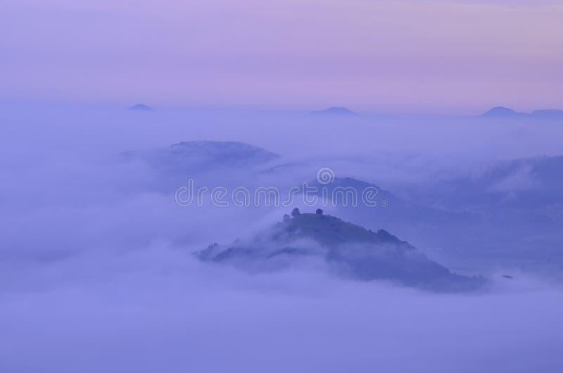 Zonsopgang bij bewolkte bergen royalty-vrije stock foto