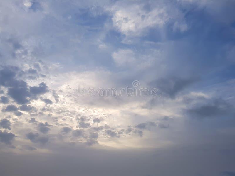 Zonsopgang bij dageraad, zon die achter wolken in de ochtendhemel glanzen royalty-vrije stock fotografie