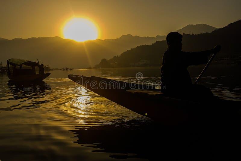 Zonsopgang bij Dal meer, Kashmir stock afbeeldingen