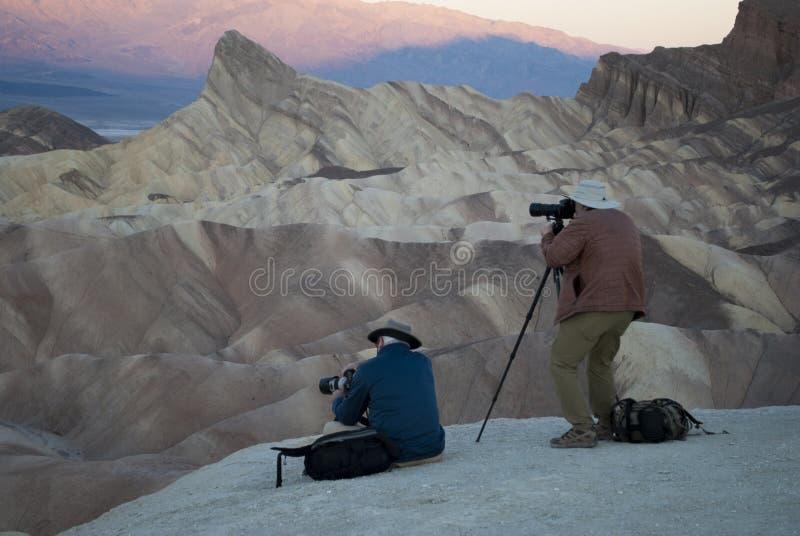 Zonsopgang bij de bergenvallei Professionele fotografen die fotospruiten nemen royalty-vrije stock afbeelding