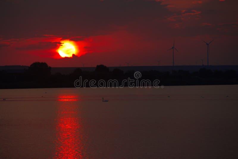 Zonsopgang bij de delta van Donau Zonsopgang op de Delta van Donau met mooie kleurrijke wolken royalty-vrije stock afbeeldingen