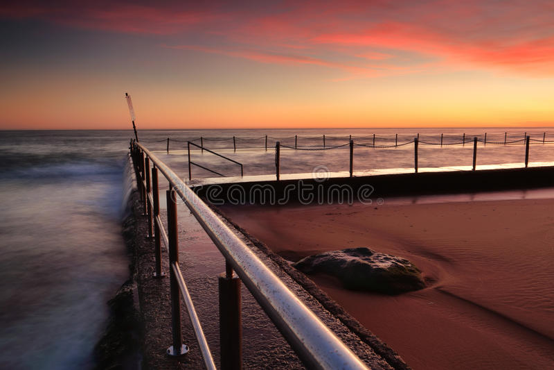 Zonsopgang bij de rotspool Australië van New Port Beach royalty-vrije stock foto